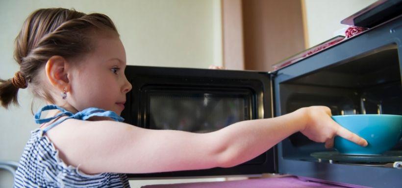 Vers des micro-ondes plus sûrs pour éviter les brûlures chez les enfants ?